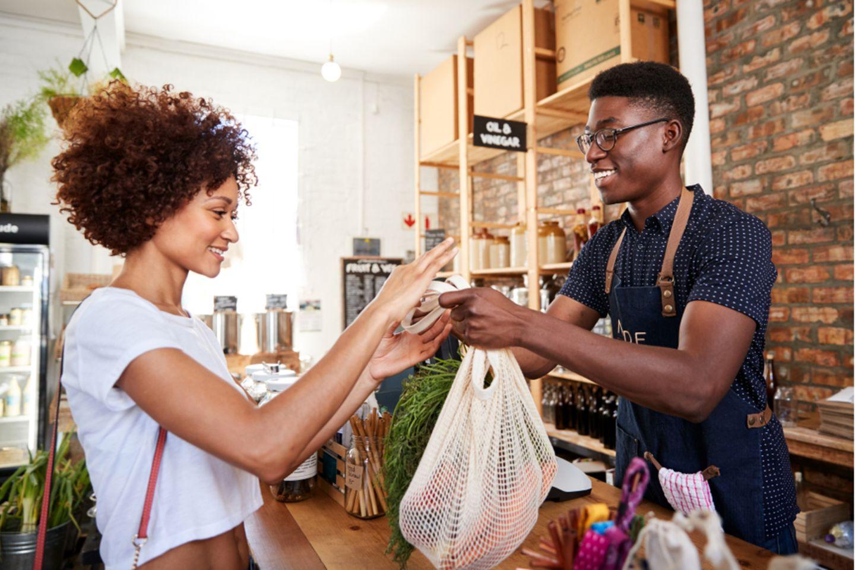 Frau kauft Lebensmittel nachhaltig ein