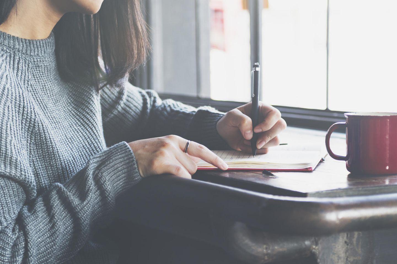Eine Frau schreibt einen Brief