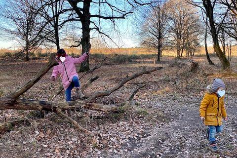 Zwei Kinder spielen im Wald