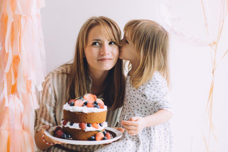 Kindergarten-Mütter: Mutter und Kind mit Torte