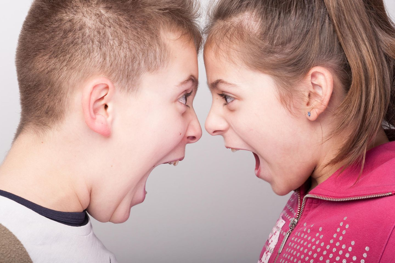 Geschwister schreien sich gegenseitig an