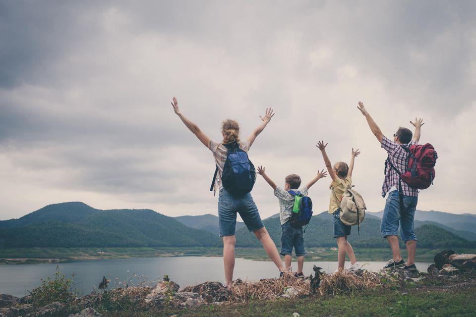 Einfach mal raus: Familie beim Wandern, steht am See