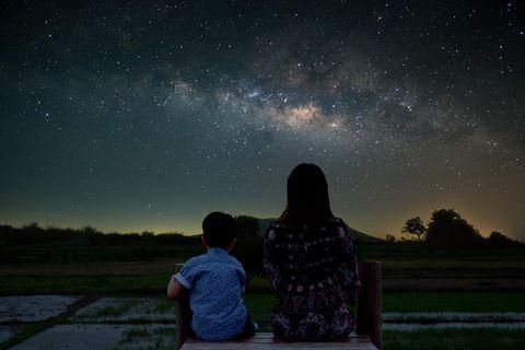 Einfach mal raus: Sternenhimmel mit Mutter und Kind