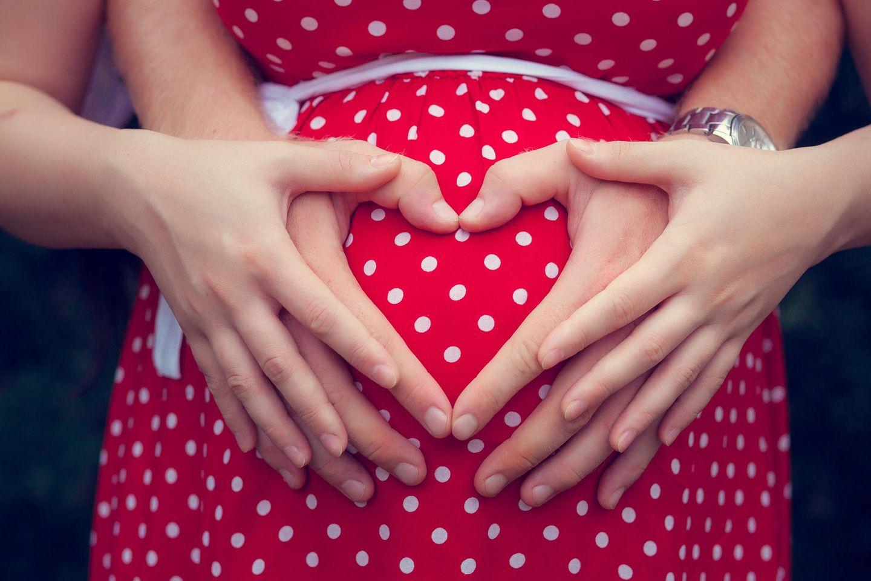 Superfötation: Hände auf Babybauch