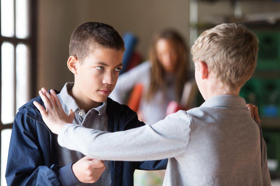 Jungs kämpfen in der Schule