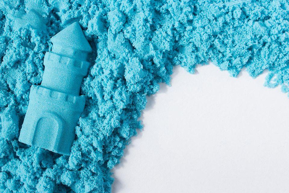Zaubersand selber machen: blauer Sand zum Spielen