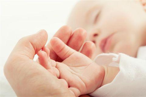 Mama hält Babyhand