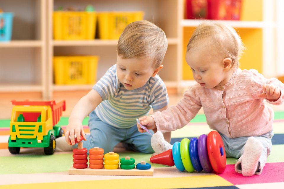 Kitakinder spielen zusammen
