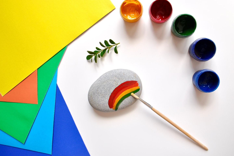 Steine mit Wasserfarben bepinseln