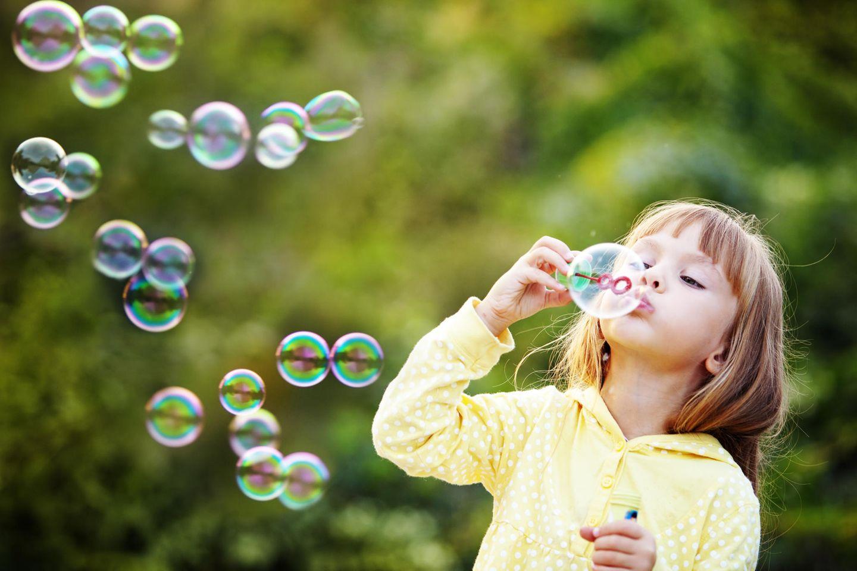 Kleiens Mädchen macht Seifenblasen