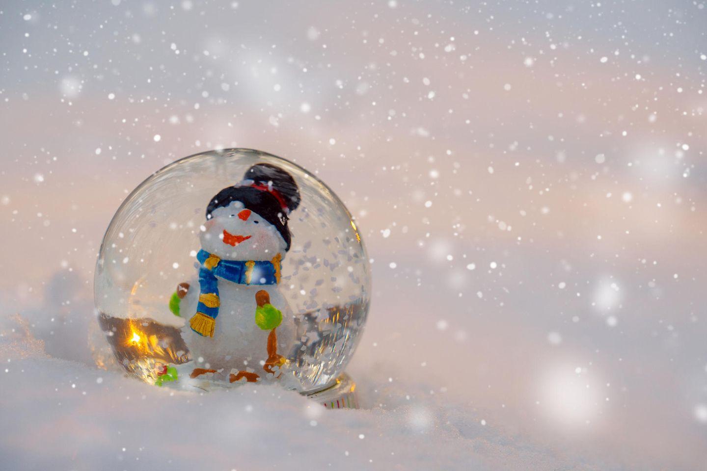 Schneekugel mit kleinem Schneemann