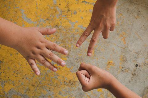 Kinder spielen Schere, Stein, Papier