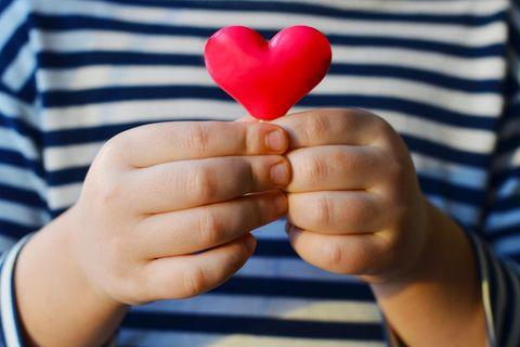 Nach Unfall der Eltern: Kind hält Herz aus Wachs