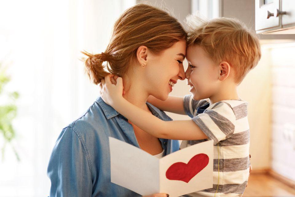Muttertagsgedichte: Sohn umarmt seine Mutter