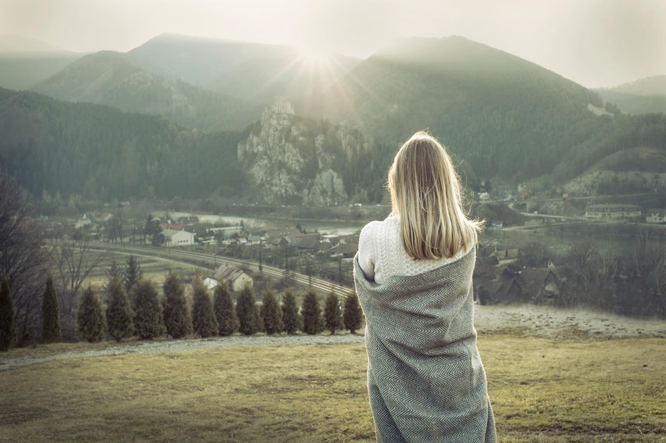 Frau vor Bergkulisse