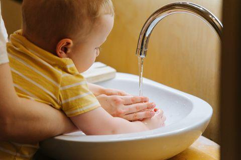 Mutter und Baby beim Händewaschen