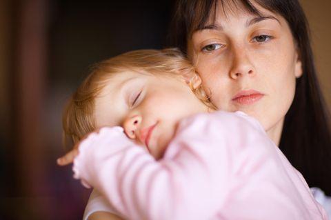Corona-Pandemie: Kinderkrankengeld beantragen vor allem Mütter: Krankes Kind mit Mutter