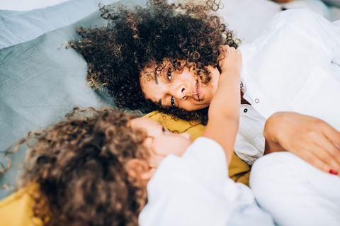 Corona-Tagebuch einer Mutter: Mutter und Kind liegen nebeneinander