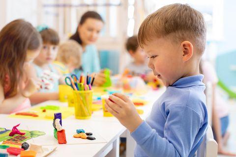 Basteln mit Kleinkinder: Kinder basteln am Tisch