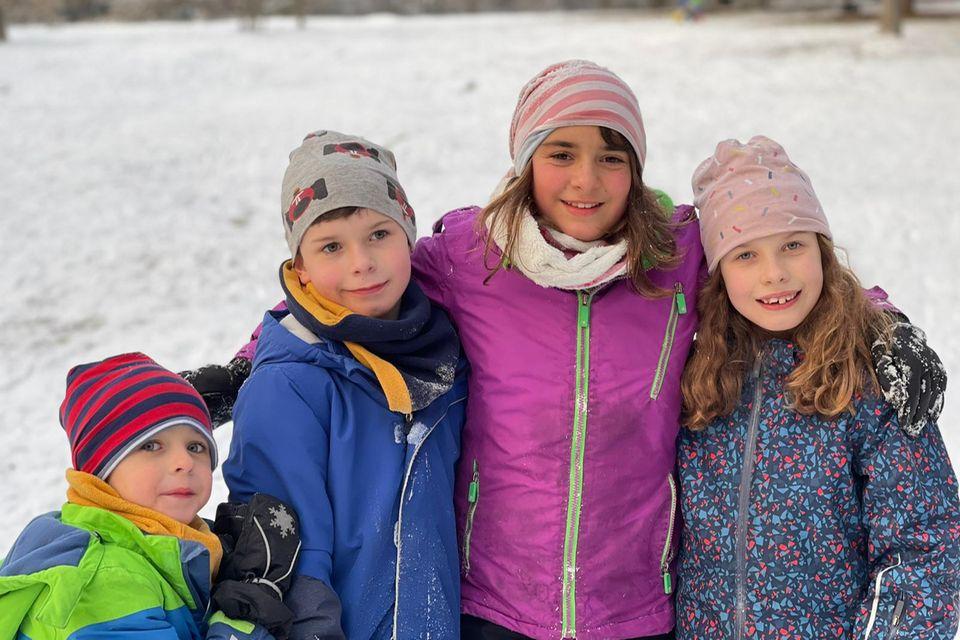 Vier Kinder zusammen im Schnee