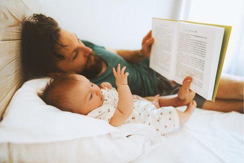 Papa liest Baby vor