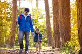 Papa und Sohn gehen wandern