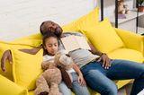 Papa und Tochter schläft auf der Couch