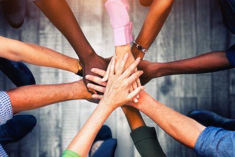 Telekom-Aktion: Hände halten zusammen