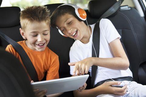 Kinder spielen iPad im Auto