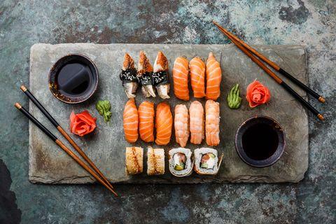 Platte mit verschiedenen Sushi-Varianten: Welche gehen in der Schwangerschaft?