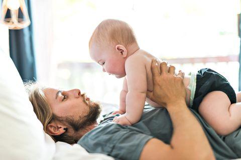 Beschäftigungsspiele für Babys: Vater spielt mit Baby