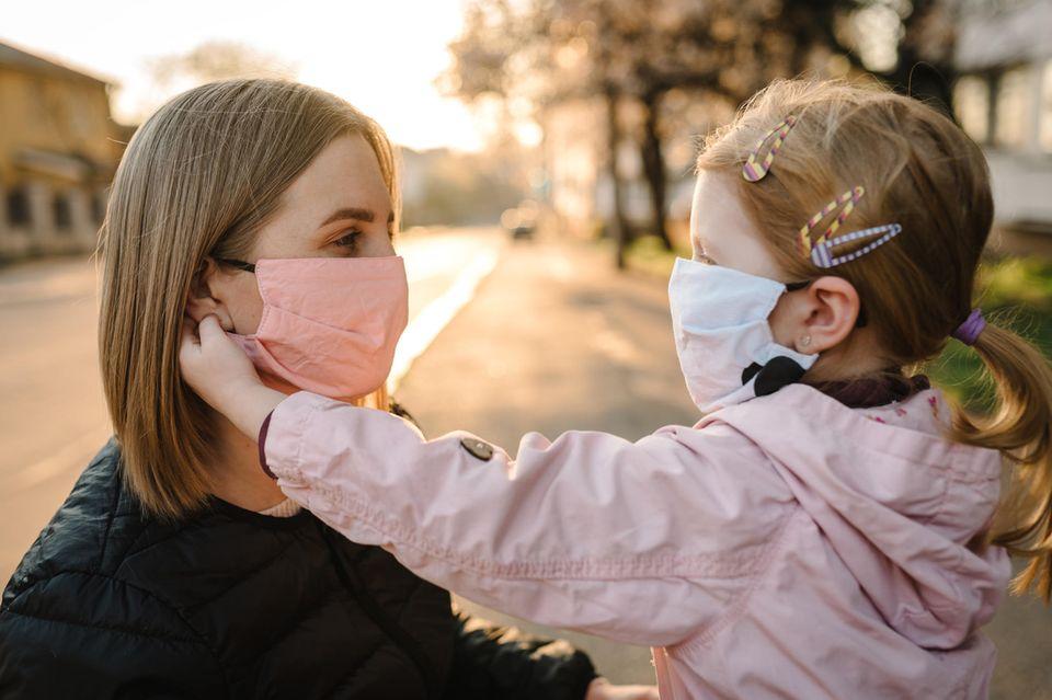 Corona-Tagebuch einer Mutter: Mutter und Tochter tragen Maske