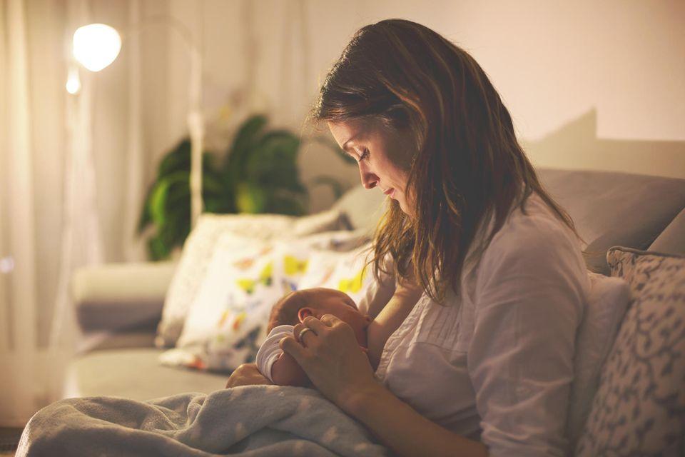 Urvertrauen: Mutter stillt ihr Neugeborenes