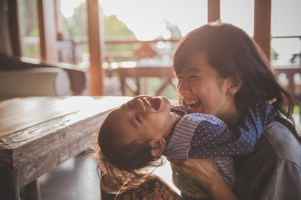 Mütter-Geschichten: Mutter lacht mit Kind