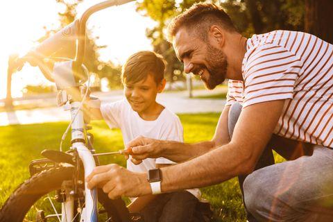 Vater und Sohn reparieren ein Fahrrad