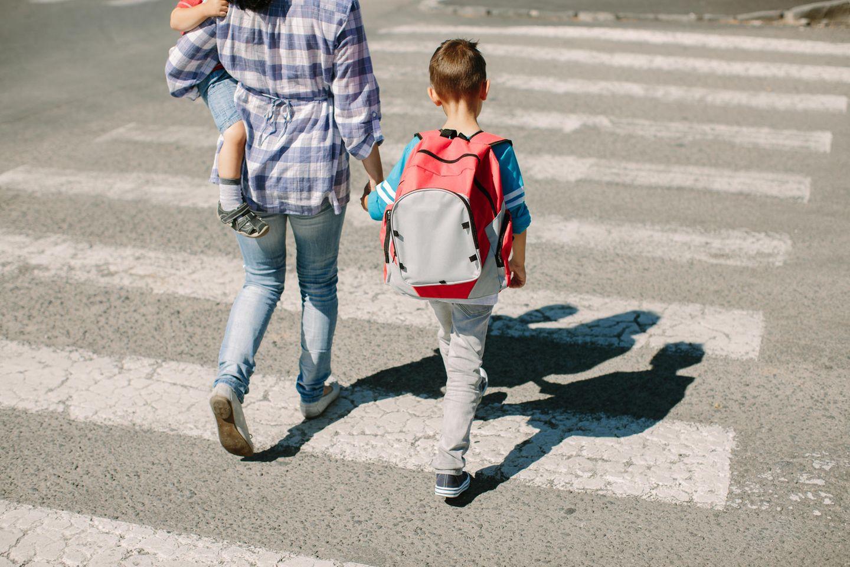 Corona-Tagebuch einer Mutter: Mutter und Kind gehen über Zebrastreifen
