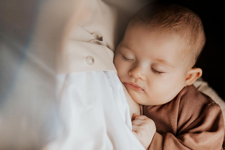 Charité: Baby im Arm der Mutter