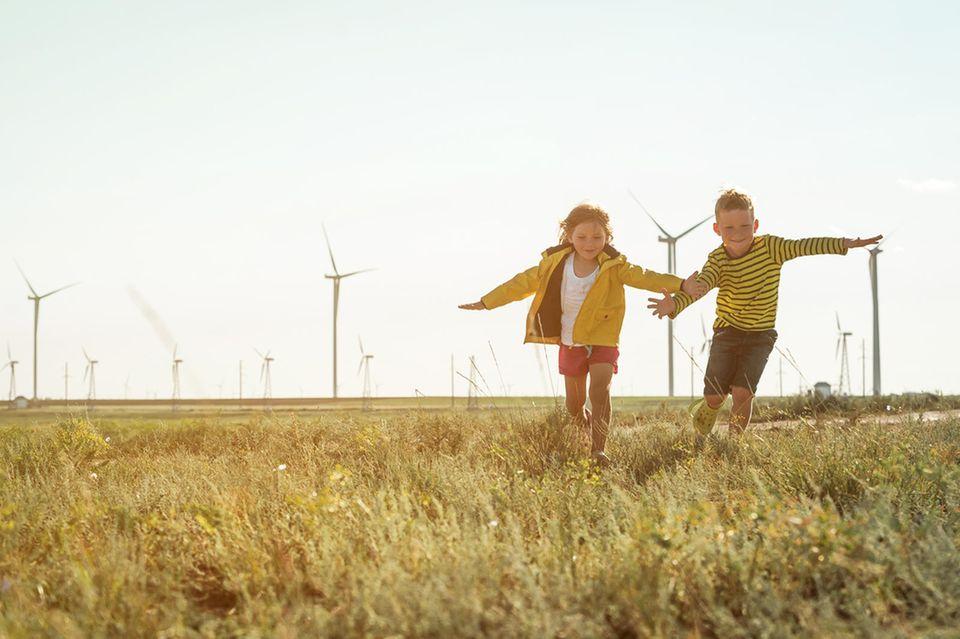 Kinder vor Windrändern