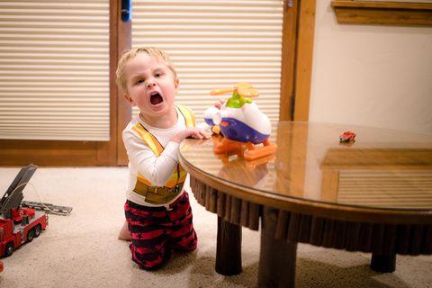 Junge spielt und brüllt herum