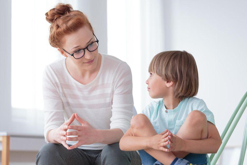 Kuriose Lügen: Mutter spricht mit ihrem Sohn