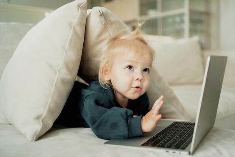 Baby arbeitet am Laptop