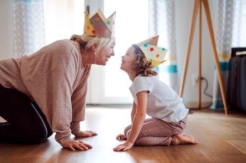 Großeltern-Typen: Oma spielt mit Kind