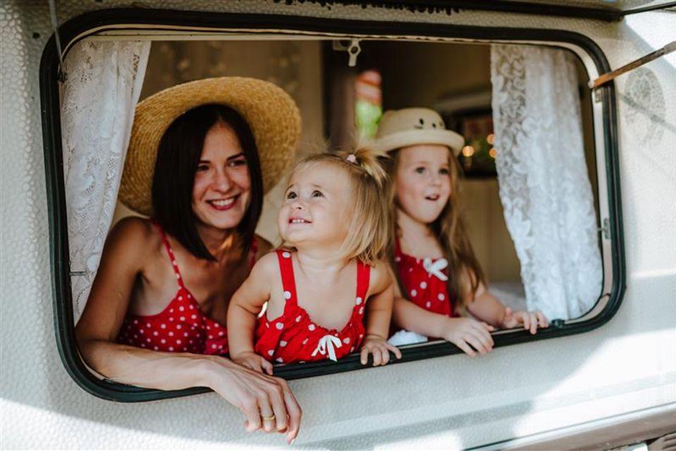 Mutter mit Kindern im Wohnwagen