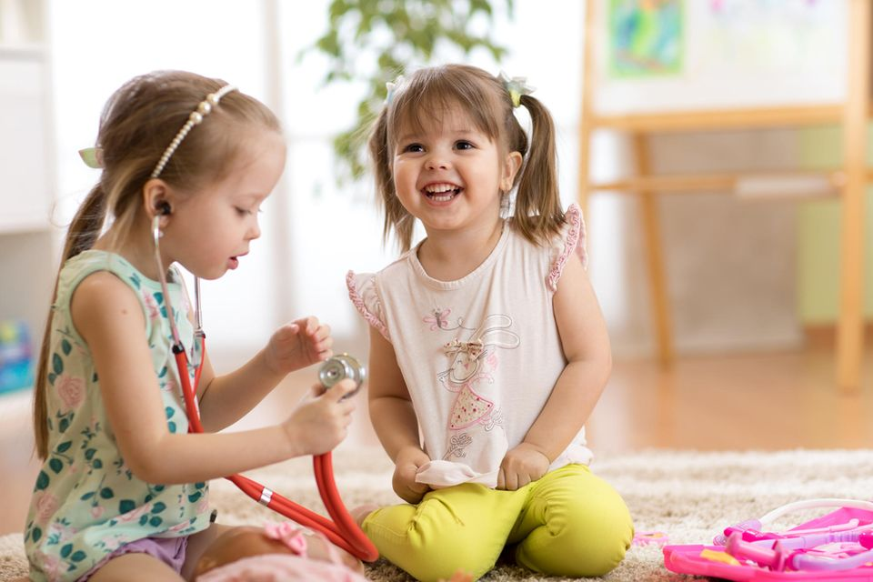 Kinder spielen Doktor