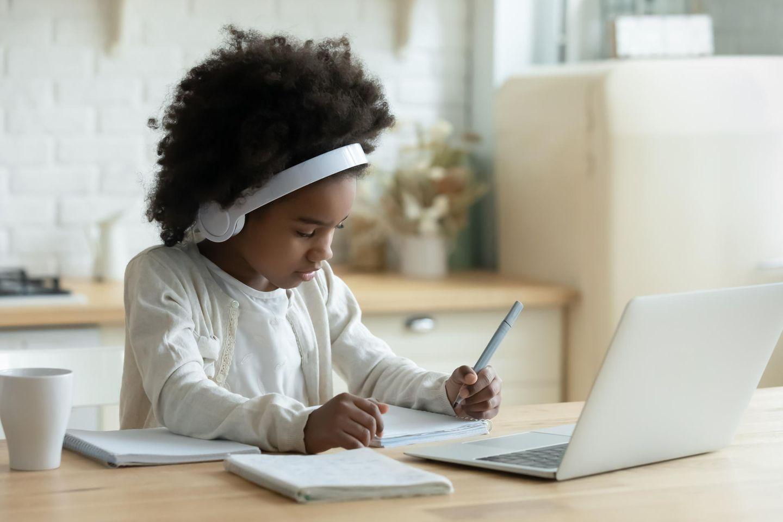 Schüler:innen erzählen: Mädchen macht Hausaufgaben vorm Laptop