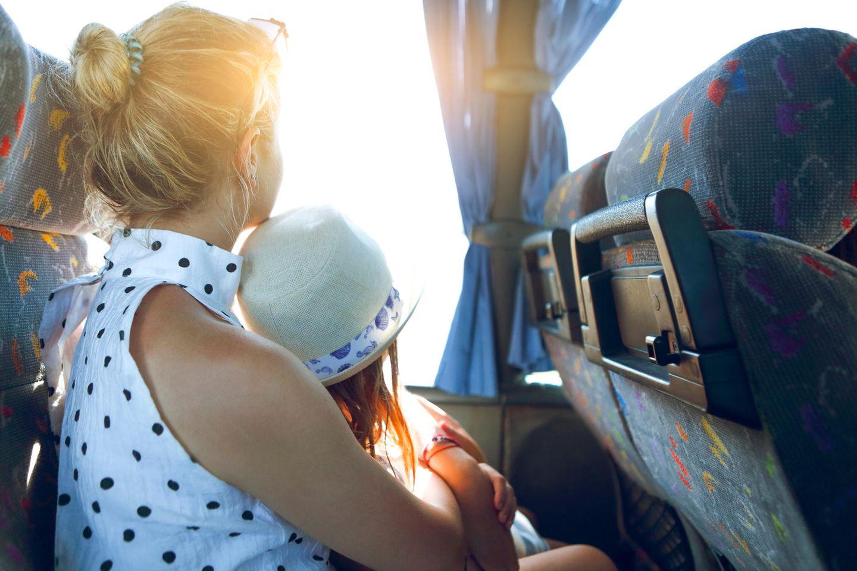 Corona-Tagebuch einer Mutter: Mutter und Kind sitzen im Bus