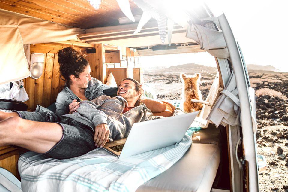 Paar im Wohnwagen
