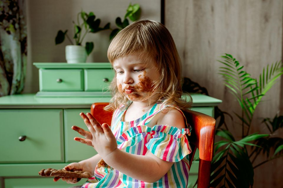 Kind isst Schokolade