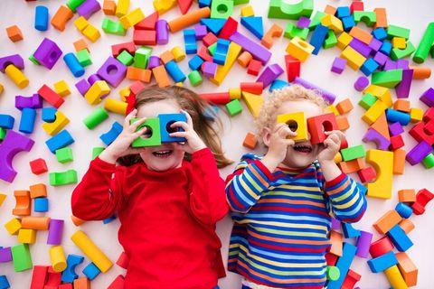 Spielwaren in der Pandemie: Kinder mit bunten Bauklötzen
