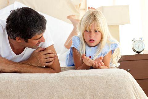Vater und Tochter sprechen